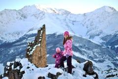 De meisjeszusters reizen in de winter in de bergen royalty-vrije stock afbeelding