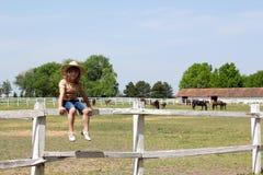 De meisjezitting drijft bijeen royalty-vrije stock fotografie