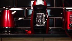 De melk giet in de kop van Koffiemachine stock footage