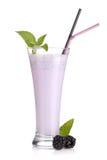 De melk van de braambes smoothie met munt Stock Foto's