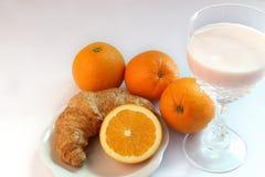 De melk van de yoghurt en sinaasappel, croissanten Royalty-vrije Stock Afbeelding