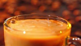 De melk wordt gegoten in een kop van vers gebrouwen koffie stock video