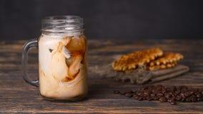 De melk wordt gegoten in koffie stock footage