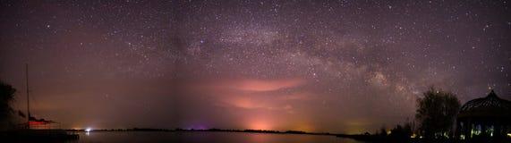 De melkachtige manier over het meer in de woestijn Royalty-vrije Stock Afbeeldingen