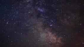 De melkachtige tijdspanne van de maniertijd en roterende sterrige hemel, de details van de melkwegkern stock footage