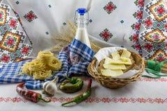 De melkfles van de voedselsamenstelling, deegwaren en boter Stock Afbeeldingen