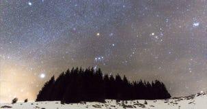De Melkweg over het landschap van de de winterberg 4K timelapse stock footage