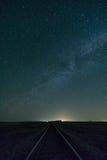 De Melkweg over Spoorwegsporen Stock Foto