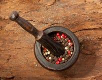 De mengeling van de peper in het mortier Royalty-vrije Stock Afbeeldingen