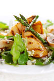 De mengeling van de salade met peren en geroosterde asperge stock foto
