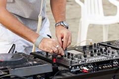 De Mengeling van DJ op strand royalty-vrije stock afbeeldingen