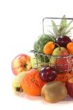 De Mengeling van het fruit in de het Winkelen mand Stock Afbeeldingen