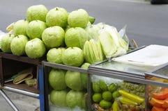 De mengeling van het fruit in kruiwagen Stock Afbeeldingen