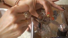 De mengelingen van de make-upkunstenaar in een kruik van verf voor wenkbrauwen stock footage