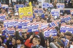 De menigte begroet Gouverneur Bill Clinton bij een de campagneverzameling van Ohio in 1992 op zijn laatste dag het een campagne v Stock Foto