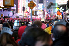 De menigte in de straten in NYC op Nieuwjarenvooravond Royalty-vrije Stock Foto's