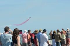 De menigte die op acrobatische luchtvertoning letten bij Vrije lucht toont Clacton-de lucht toont Stock Foto's