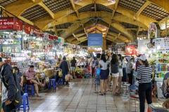 De menigte doet het winkelen in binnenmarkt in Saigon, Vietnam stock fotografie