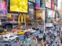 De menigte en het verkeer regelen af en toe in de Stad van New York Stock Foto