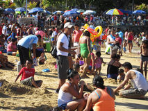 De Menigte van de Kerstmisdag bij het Schaam- Strand van Acapulco Stock Foto