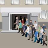 De menigte van mensen gaat in de deuren van het gebouw binnen Royalty-vrije Stock Fotografie