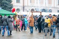De menigte van mensen neemt aan viering van Maslenitsa in Bryansk-stad deel Royalty-vrije Stock Afbeeldingen
