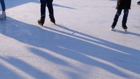 De menigte van Mensen schaatst op Ijsbaan in Sunny Day Langzame Motie stock video