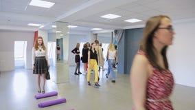 De menigte van mooie wijfjes heeft opleiding binnen in dansende klasse vervuilen stock videobeelden