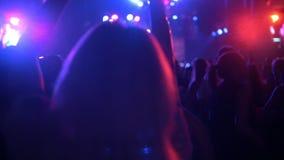 De menigte van schaduwen van mensen die bij het overleg, partij dansen stock footage