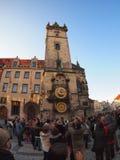 De menigte van toeristen gefotografeerde klok in het vierkant staart Mes Stock Afbeeldingen