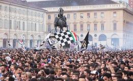 De menigte van voetbalventilators in de stad het vieren overwinning stock fotografie