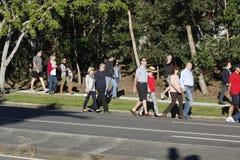 De Menigte verzamelt zich voor Anzac Day Service Stock Foto's