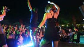 De menigte, zanger en gaan-gaat danser op stadium stock videobeelden