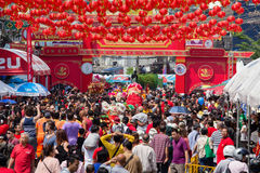 De menigtemensen zwerven de straat Yaowarat tijdens vierings Chinees Nieuwjaar Chinatown in Bangkok, Tha Stock Foto