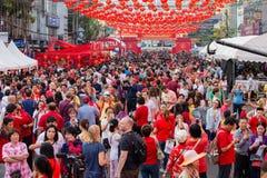 De menigtemensen zwerven de straat Yaowarat tijdens vierings Chinees Nieuwjaar Chinatown in Bangkok, Tha Stock Afbeeldingen