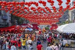 De menigtemensen zwerven de straat van Yaowarat tijdens de viering van de Chinese Nieuwjaar en Dag van Valentine ` s Yaowarat is  stock fotografie