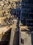 De menigten die zich door de ruïnes bewegen Stock Foto