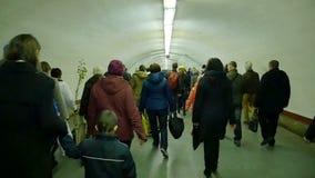 De menigten van mensen bewegen zich in metro stock video