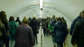 De menigten van mensen bewegen zich in metro stock videobeelden