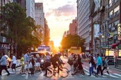 De menigten van mensen kruisen een bezige kruising op 23ste Straat en 6de Weg in de Stad van New York royalty-vrije stock afbeeldingen