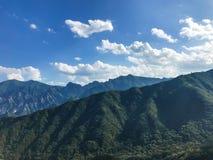 De mening aan mooie bergen van de hoge piek Seoraksan nationaal park SEOEL - JULI 30: Het veranderen van wachten van de vriend va royalty-vrije stock foto