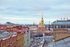 De mening bij de daken van de oude stad van St. Petersburg Stock Fotografie