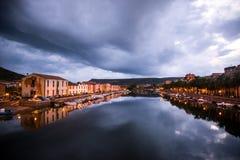 De mening die van de nachtstad van Bosa, Sardinige in de rivier nadenken royalty-vrije stock foto's