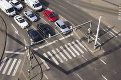 De mening die van het vogel` s oog van auto's vóór zebrapadkruising wachten op 3 Maart, 2017 in Praag, Tsjechische republiek royalty-vrije stock foto