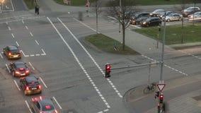 De mening die van de tijdtijdspanne van mensen en verkeer bezige kruising in Hanover kruisen stock footage
