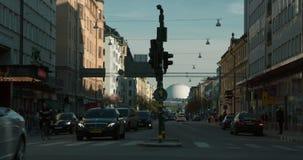 De mening die van de tijdtijdspanne van mensen en verkeer bij straat in centraal Stockholm, Zweden kruisen stock video