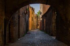 De mening door de bogen op schilderachtige middeleeuwse straat van Fe Stock Foto