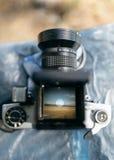 De mening door de lens van een oude camera Stock Foto's
