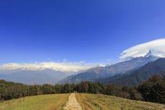 De mening en de trekkingsweg van de Annapurnabergketen in Rododendron Royalty-vrije Stock Afbeeldingen