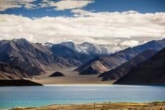 De mening Ladakh, India van het Pankongmeer royalty-vrije stock fotografie